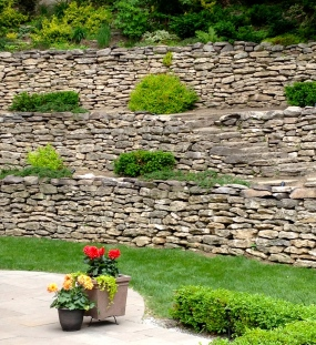 Massive retaining wall
